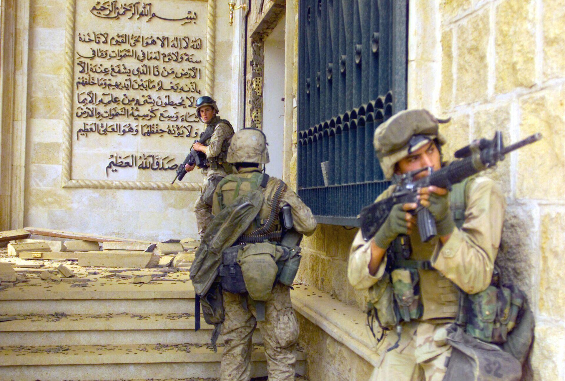 Морские пехотинцы США перед входом в один из дворцов Саддама Хусейна. 9 апреля 2003 года - РИА Новости, 1920, 13.01.2021