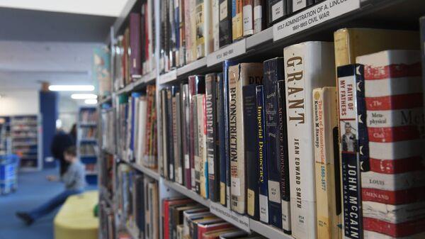 Книги на полках во Всероссийской государственной библиотеке иностранной литературы имени М. И. Рудомино в Москве