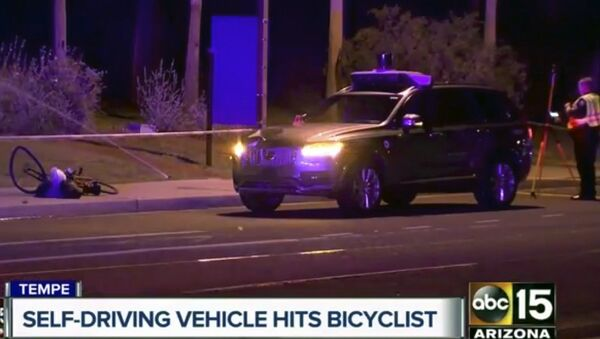 Стоп-кадр из видео ABC-15, показывает следователя на месте смертельного ДТП с велосипедом и самоуправляемой машиной Volvo с автоматикой Uber. 19 марта 2018