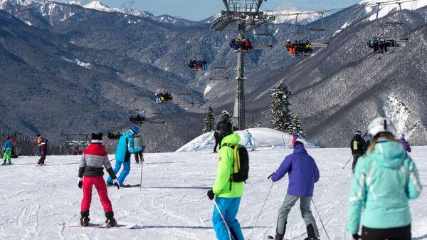 Туристы на склоне горно-туристического центра ПАО Газпром в Красной Поляне