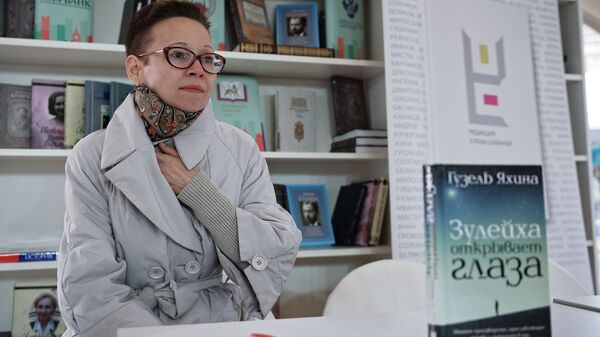Писатель, сценарист Гузель Яхина на презентации книги Зулейха открывает глаза в рамках книжного фестиваля Красная площадь в Москве
