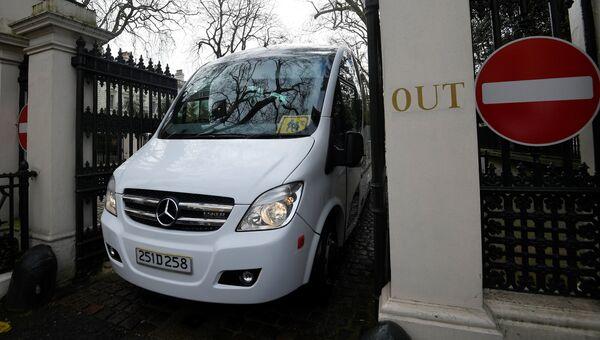 Автобус выезжает с территории посольства РФ в Лондоне. 20 марта 2018