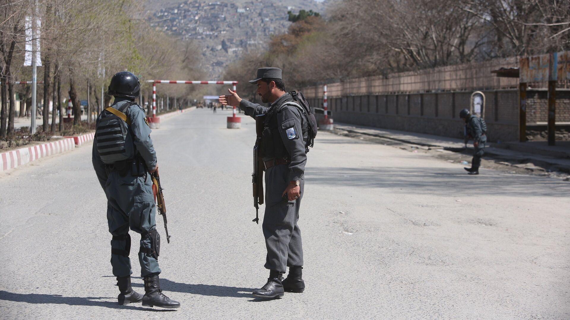 Полиция патрулирует улицы после теракта перед университетом в Кабуле. 21 марта 2018 - РИА Новости, 1920, 18.10.2020