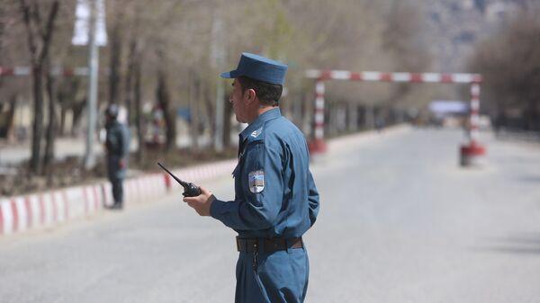 Полиция патрулирует улицы после теракта перед университетом в Кабуле. Архивное фото