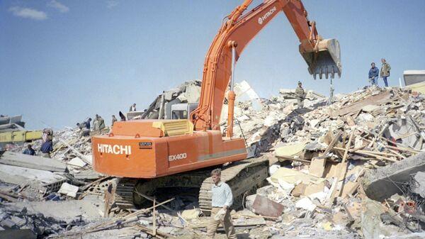Поисково-спасательные работы ведутся в районе землетрясения в Нефтегорске. 27 мая 1995