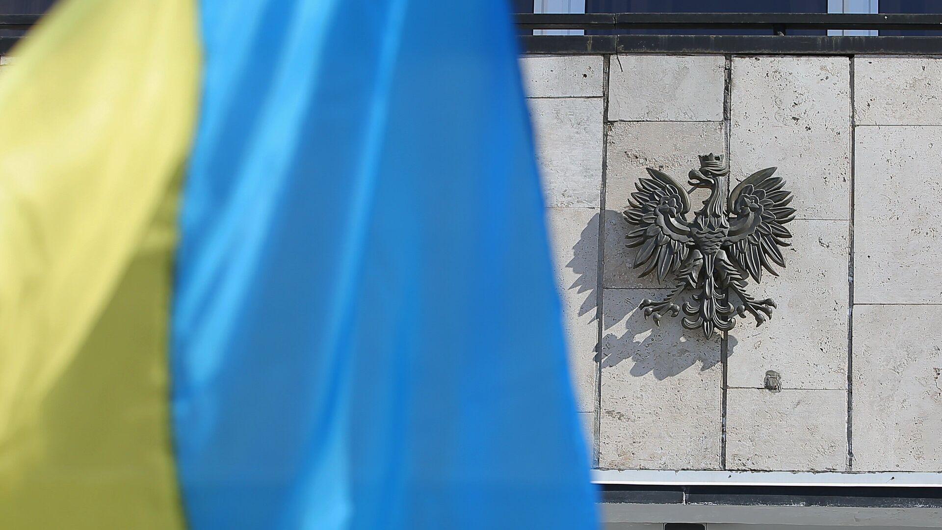 Государственный флаг Украины у посольства Польши в Киеве. 22 марта 2018 - РИА Новости, 1920, 31.08.2021