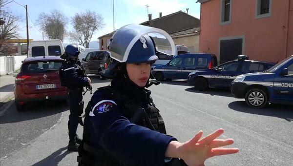 Сотрудники правоохранительных органов в коммуне Треб на юге Франции, где произошел захват заложников. 23 марта 2018