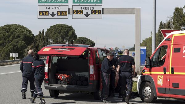 Полиция и пожарные на въезде в коммуну Треб на юге Франции, где произошел захват заложников. 23 марта 2018