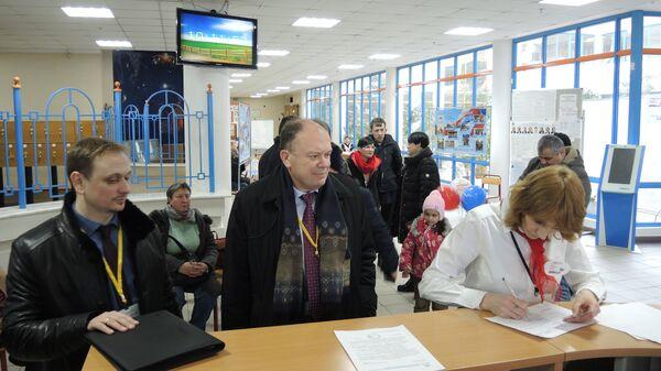 Валерий Воронецкий регистрируется наблюдателем на УИК № 66 города Москвы