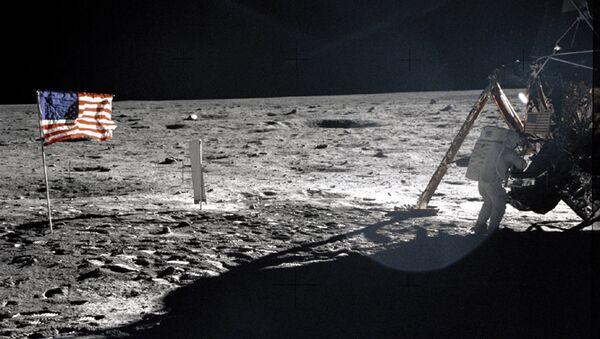 Американский астронавт Нил Армстронг на поверхности Луны