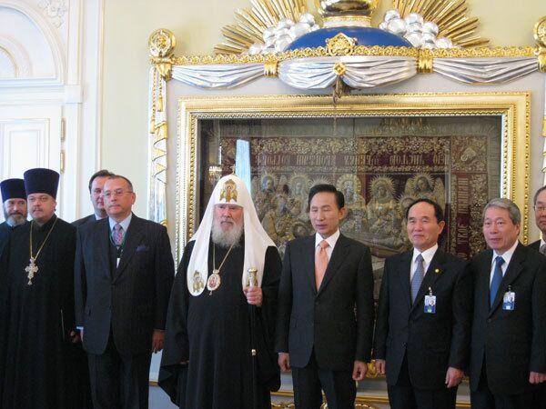 Патриарх Алексий II  и президент Южной Кореи Ли Мен Бак в Синодальной резиденции в Свято-Даниловом монастыре Москвы