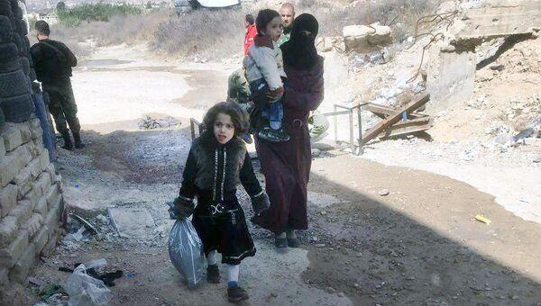 Беженцы на пропускном пункте Мухайям Аль-Вафедин в Восточной Гуте. Архивное фото