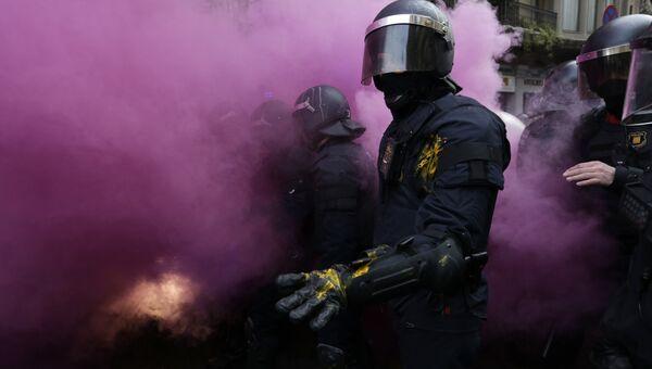 Столкновения между полицией и митингующими в Каталонии после задержания в Германии бывшего главы Каталонии Карлеса Пучдемона