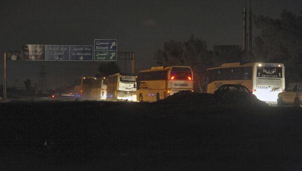 Колонна автобусов с боевиками и членами их семей покидает Восточную Гуту в направлении города Идлиб. Архивное фото