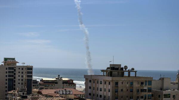 След от ракеты, выпущенной во время учений боевиками ХАМАС в городе Газа. 25 марта 2018