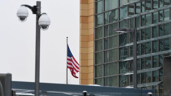 Государственный флаг на здании посольства США в Москве