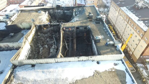 Разрушенная крыша и сгоревшие кинозалы ТЦ в Кемерово. Кадры с дрона
