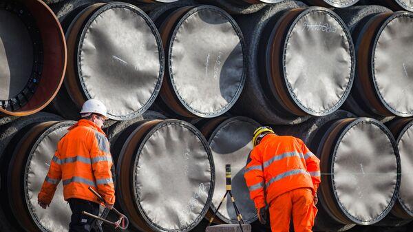 Трубы для строительства газопровода Северный поток - 2 недалеко от порта Мукран, Германия. Архивное фото