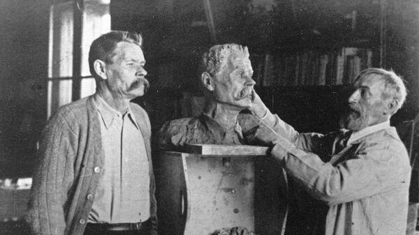 Писатель Максим Горький позирует скульптору Сергею Коненкову. Сорренто. Фото 1928 год