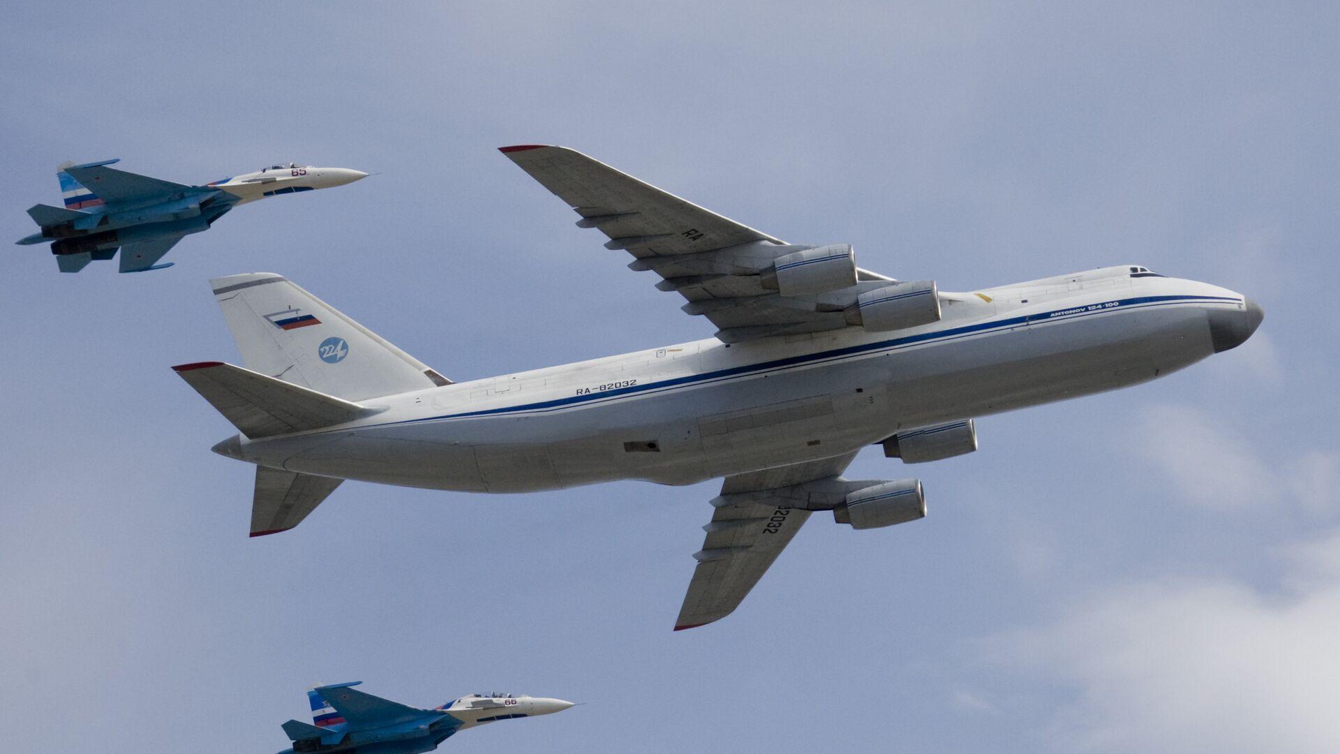Стратегический военно-транспортный самолет Ан-124 Руслан в сопровождении двух истребителей Су-27 - РИА Новости, 1920, 30.08.2019