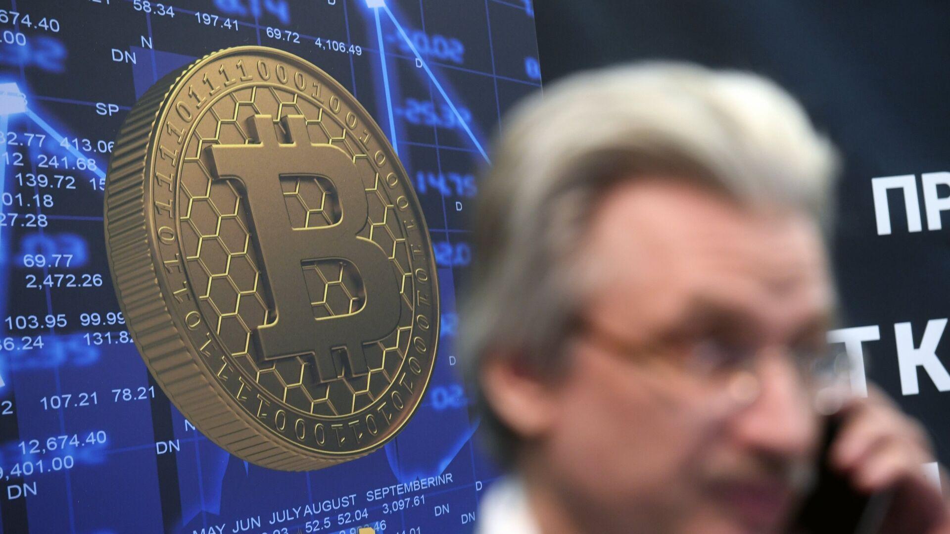 Логотип криптовалюты биткоин на экономическом блокчейн-форуме в Москве - РИА Новости, 1920, 13.05.2021