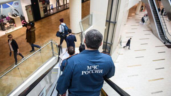Сотрудники МЧС во время проверки пожарной безопасности в торговом центре в Москве