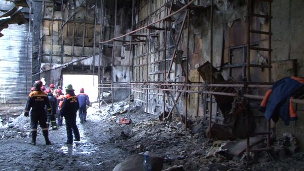 Сотрудники МЧС РФ в пострадавшем от пожара помещении ТЦ Зимняя вишня в Кемерово