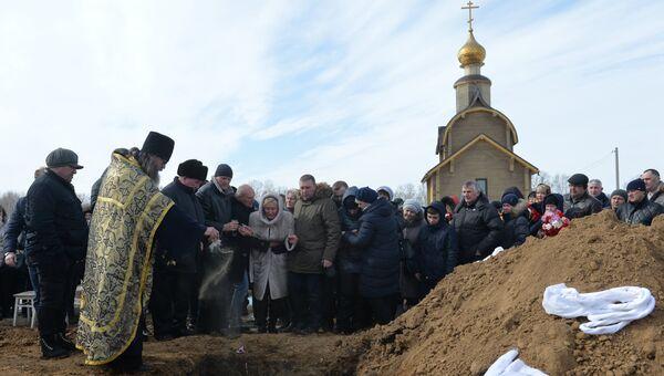 Похороны погибших при пожаре в торговом центре Зимняя вишня в Кемерово. 28 марта 2018