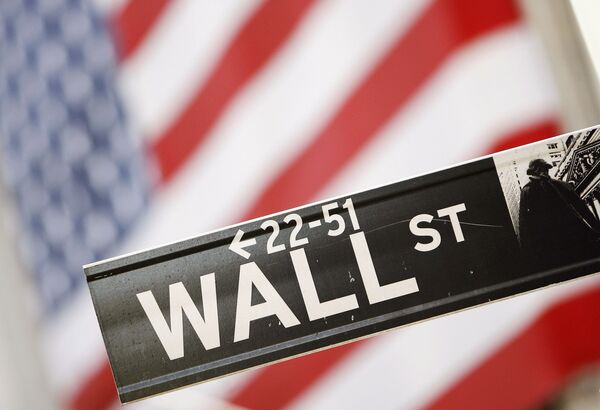 Указатель на Wall Street перед Нью-Йоркской фондовой биржей