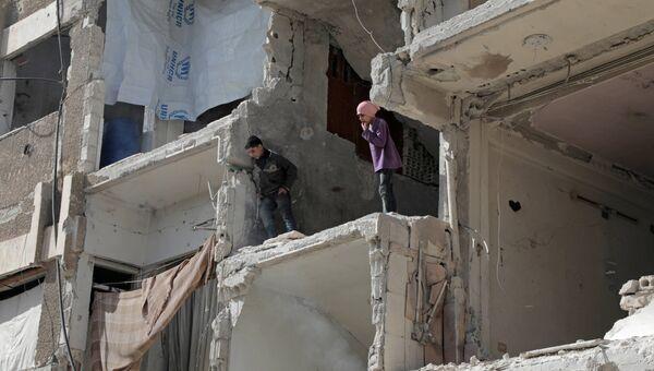 Дети играют в разрушенном доме в Восточной Гуте, Сирия. Архивное фото