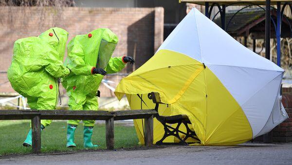 Палатка над скамейкой, на которой был найден Сергей Скрипаль и его дочь в Солсбери. Архивное фото