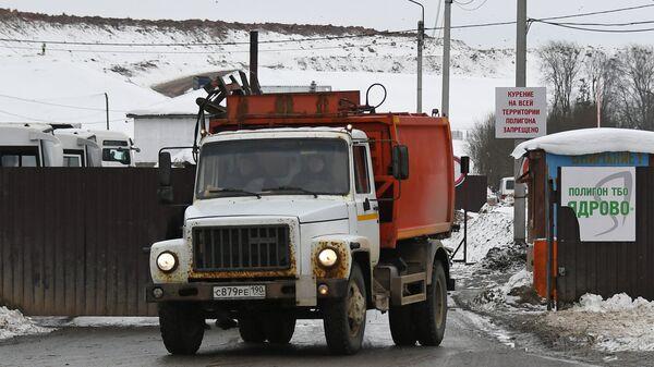 Машина выезжает с территории полигона твердых бытовых отходов Ядрово. Архивное фото