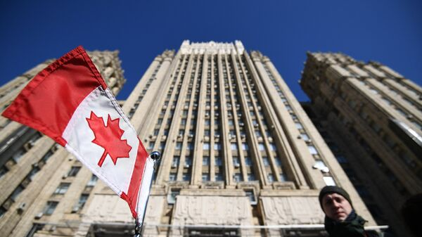 Флаг Канады на автомобиле посольства у здания министерства иностранных дел РФ. 30 марта 2018