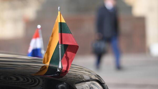 Автомобили посольств Литвы и Хорватии в РФ у здания министерства иностранных дел РФ. 30 марта 2018