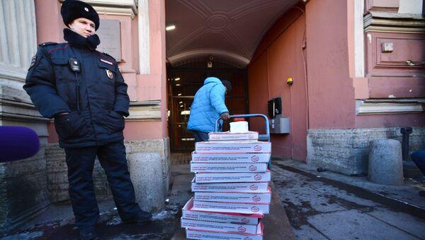 Курьер с пиццей у здания генерального консульства США в Санкт-Петербурге. 30 марта 2018