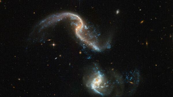 Процесс слияния галактик снятый с помощью телескопа Хаббл