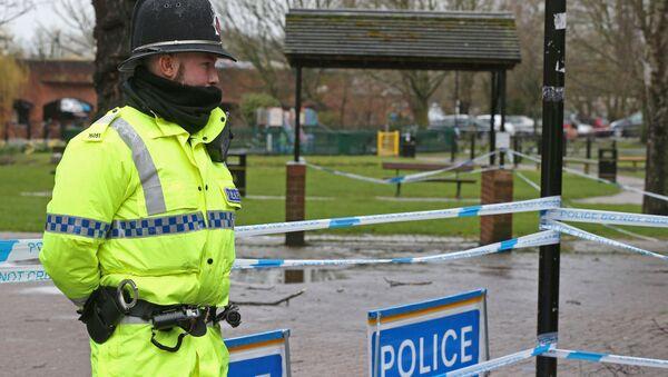 Полицейский недалеко от места в Солсбери, где был обнаружен Сергей Скрипаль и его дочь