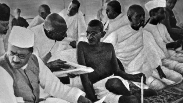 Махатма Ганди среди членов Национального конгресса в Бомбее, 1934 год.