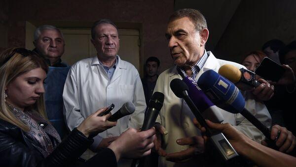Хирург медицинского центра Григор Лусаворич Ара Минасян отвечает на вопросы журналистов о состоянии пострадавших при взрыве в ресторане быстрого питания Burger King в центре Еревана