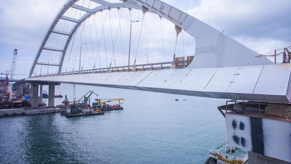 Противоветровые обтекатели на автодорожной части моста в Крым. Архивное фото