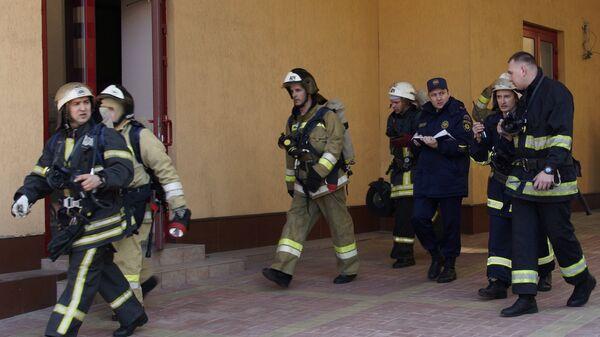 Сотрудники противопожарной службы МЧС ЛНР во время тактико-специальных учений в Луганске