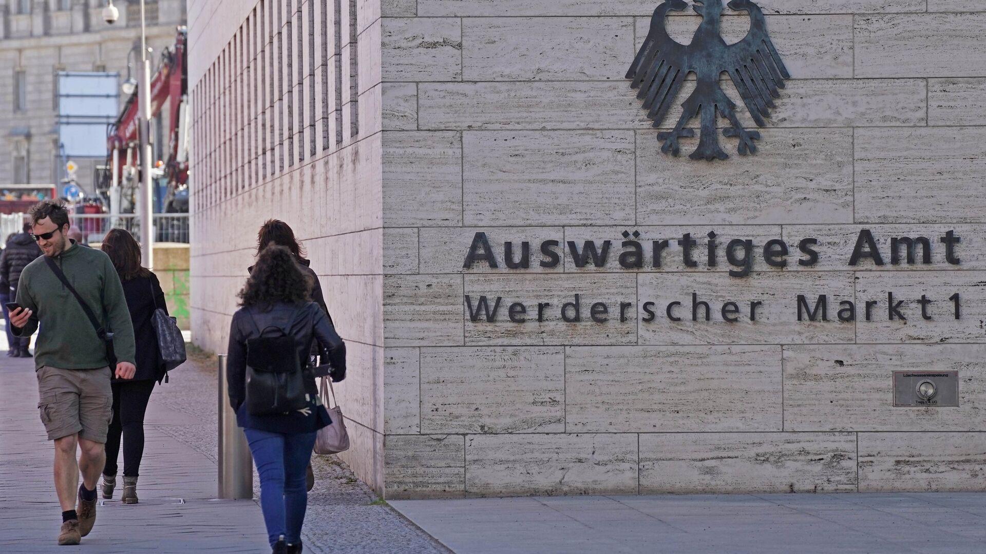 Прохожие у здания Министерства иностранных дел Германии в Берлине - РИА Новости, 1920, 27.04.2021