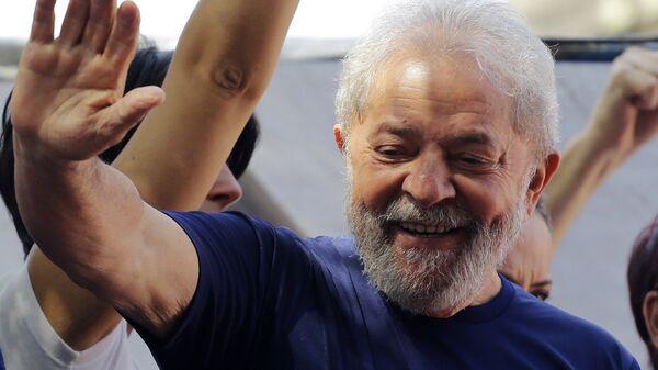 Экс-президент Бразилии Луис Инасиу Лула да Силва покинул свое укрытие в здании профсоюза металлургов в городе Сан-Бернарду-ду-Кампу. 7 апреля 2018
