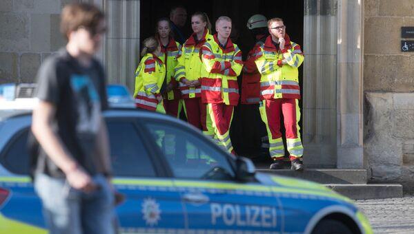Спасатели рядом с местом, где автомобиль въехал в толпу людей в Мюнстере, Германия. 7 апреля 2018