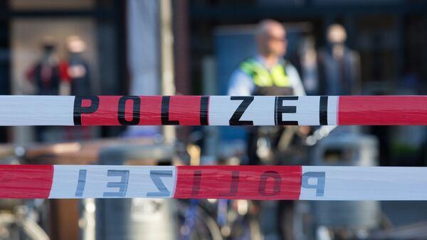Полицейский рядом с местом, где автомобиль въехал в толпу людей в Мюнстере, Германия. Архивное фото