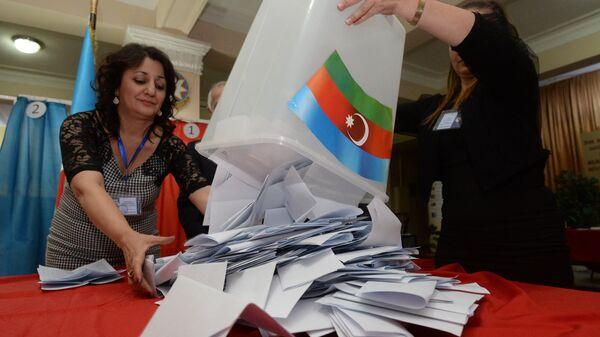 Сотрудники избирательной комиссии подсчитывают голоса избирателей на выборах президента Республики Азербайджан. 9 октября 2013