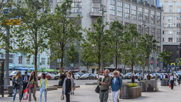 Прохожие на Тверской улице в Москве