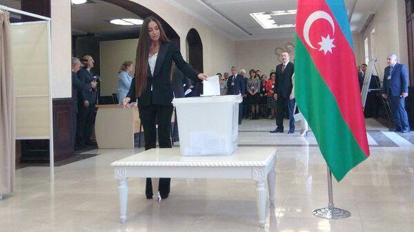 Женщина голосует на выборах президента в Азербайджане. 11 апреля 2018