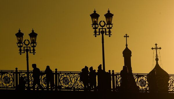 Прохожие на Патриаршем мосту в Москве