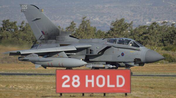 Британский истребитель на взлетно-посадочной полосе на британской авиабазе.